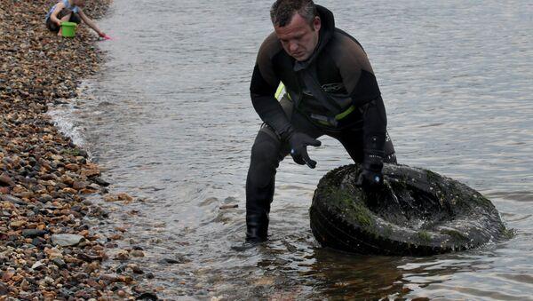 Дайвер выносит мусор с морского дня - Sputnik Латвия