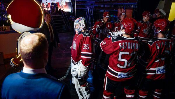 Игроки хоккейного клуба Динамо (Рига) перед началом матча - Sputnik Латвия