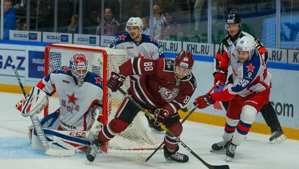 Игрок ЦСКА Максим Мамин (справа) забил в ворота рижского Динамо три шайбы за одну игру - Sputnik Латвия
