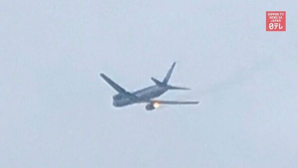 Посадка пассажирского самолета с горящим двигателем попала на видео - Sputnik Latvija