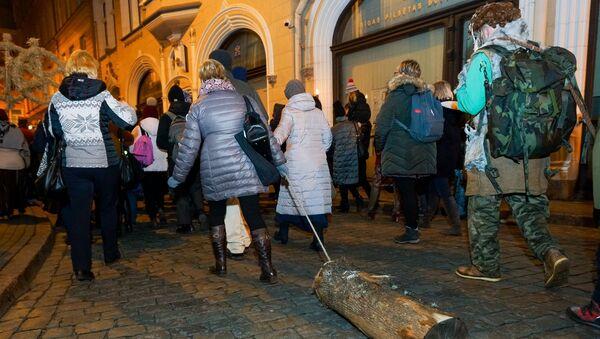 Vecrīgā aizritēja latviešu tautas tradīcija – Bluķa vilkšana. Gājiena dalībnieki izvilka bluķus cauri vecpilsētas ielām, un pēc tam sadedzināja tos Rātslaukumā. - Sputnik Latvija