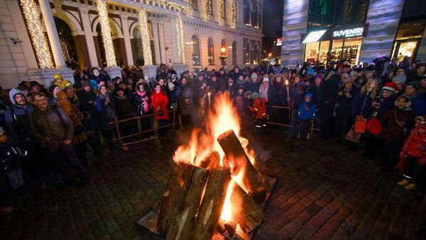 Латышская народная традиция Волочение колоды прошла в Старой Риге. Участники шествия протащили колоды по улицам старого города, а затем сожгли их на Ратушной площади - Sputnik Латвия