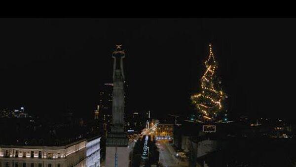Над Ригой летает рождественская ель - Sputnik Латвия
