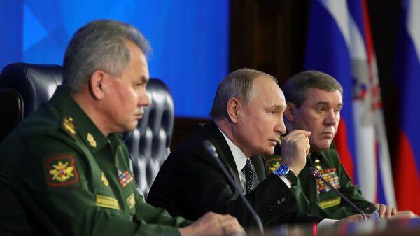 Президент РФ В. Путин принял участие в заседании расширенной коллегии Минобороны РФ - Sputnik Латвия