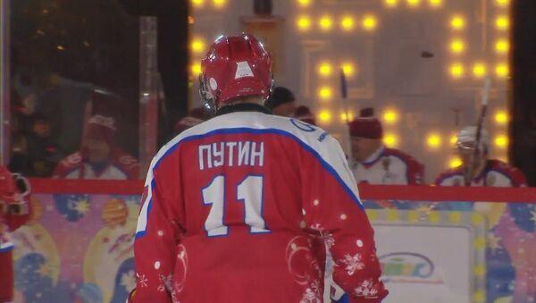 Президент России вышел на лед: команда Путина играет в хоккей у стен Кремля - Sputnik Латвия