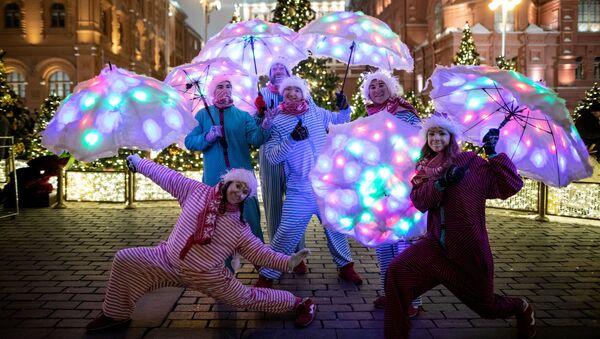 Jaungada svētki Maskavā ir īsta pasaka. Valsts galvenā egle Sarkanajā laukumā līdz ar slaveno slidotavu, kuranti un salūts. Festivāls Ceļojums uz Ziemassvētkiem iesaista visu pilsētu, parki gatavo savas programmas un cenšas sarūpēt pārsteigumus. - Sputnik Latvija