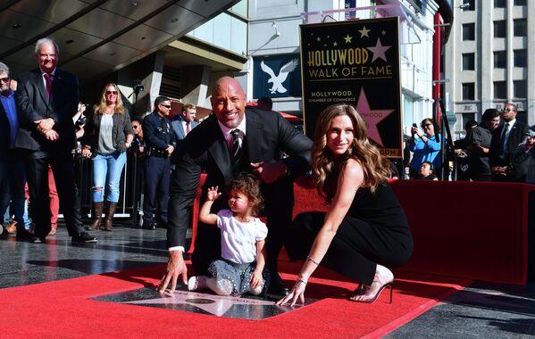 Актер Дуэйн Джонсон с женой Лорен Хашиан на голливудской «Аллее славы» в Калифорнии, архивное фото - Sputnik Латвия