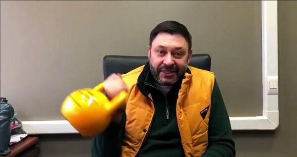 Исполнительный директор МИА Россия сегодня Кирилл Вышинский во время флешмоба в поддержку Sputnik Эстония - Sputnik Латвия