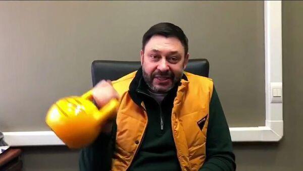 Исполнительный директор Кирилл Вышинский во время флешмоба в поддержку Sputnik Эстония - Sputnik Latvija