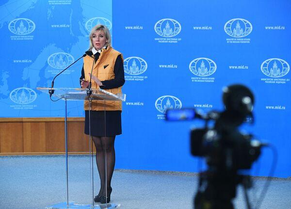 Официальный представитель министерства иностранных дел России Мария Захарова во время брифинга в Москве - Sputnik Латвия
