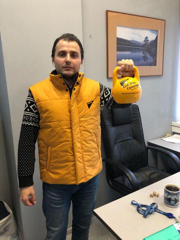 Директор по иновещанию агентства Турал Керимов во время флешмоба в поддержку Sputnik Эстония  - Sputnik Латвия