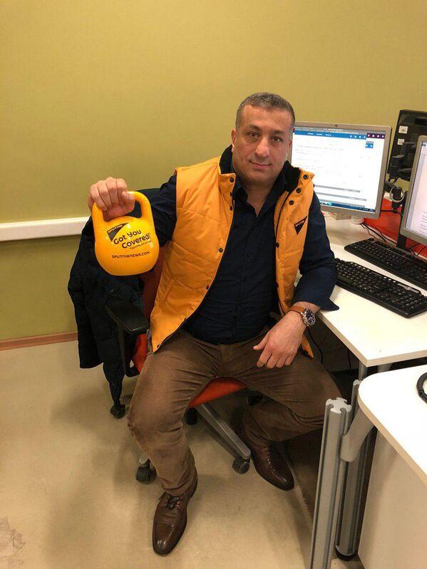 Редактор-переводчик Миари Мустафа Ахмад во время флешмоба в поддержку Sputnik Эстония - Sputnik Латвия