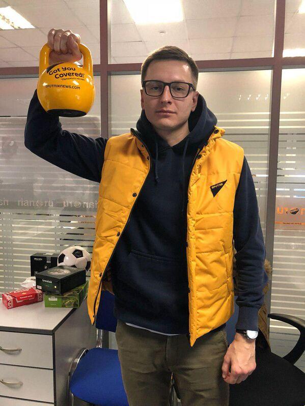 Сотрудник дирекции Sputnik Ближнее зарубежье во время флешмоба в поддержку Sputnik Эстония - Sputnik Латвия