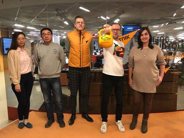 Участники флешмоба в поддержку Sputnik Эстония - Sputnik Латвия