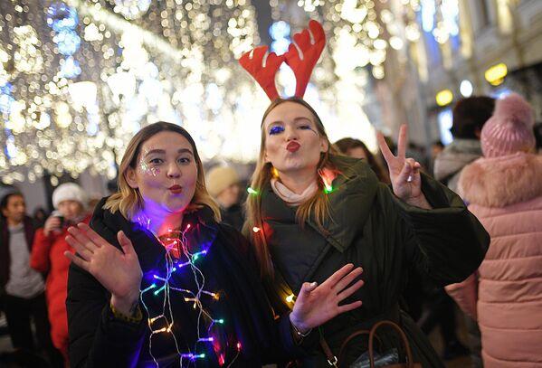 Девушки встречают Новый год на Никольской улице в Москве - Sputnik Латвия