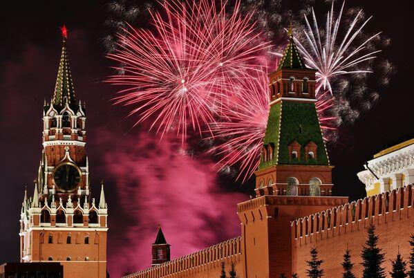 Новогодний салют над Красной площадью в Москве - Sputnik Латвия