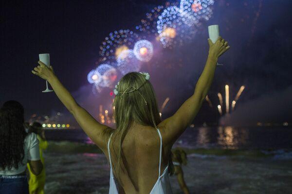 Девушка во время празднования Нового года на пляже в Рио-де-Жанейро  - Sputnik Латвия