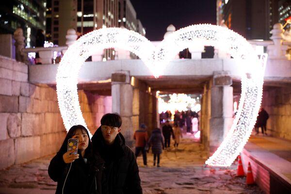 Влюбленная пара во время фотографирования накануне Нового года в Сеуле, Южная Корея  - Sputnik Латвия
