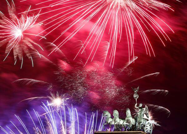 Салют в честь Нового 2020 года в Берлине  - Sputnik Латвия
