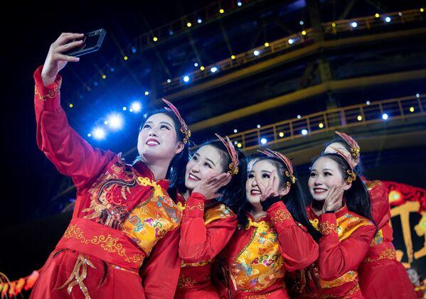 Артисты после наступления Нового года в Пекине  - Sputnik Латвия