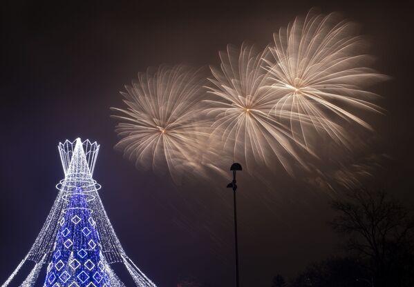 Салют над рождественской елкой в Вильнюсе. - Sputnik Латвия