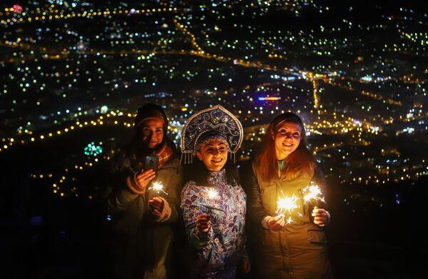 Жители и гости Пятигорска встречают Новый год на вершине горы Машук - Sputnik Латвия
