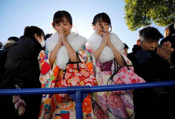 Девушки во время молебна в первый день нового года в Токио - Sputnik Латвия