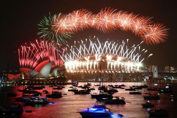 Салют во время празднования Нового года в Сиднее, Австралия  - Sputnik Латвия