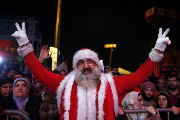 Антиправительственный протестующий во время празднования Нового года в Бейруте  - Sputnik Латвия