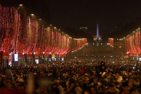 Жители во время празднования Нового года в Париже  - Sputnik Латвия