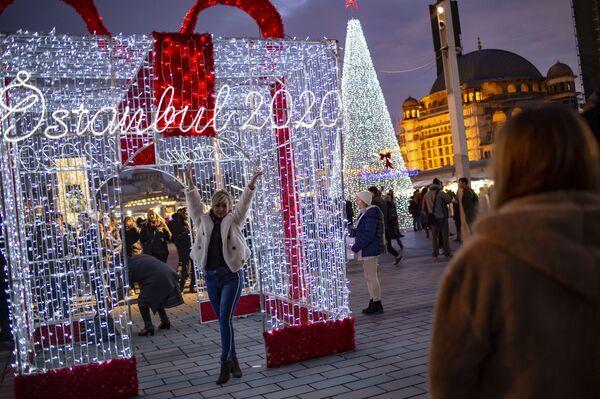 Фотографирование напротив новогодней иллюминации в Стамбуле  - Sputnik Латвия