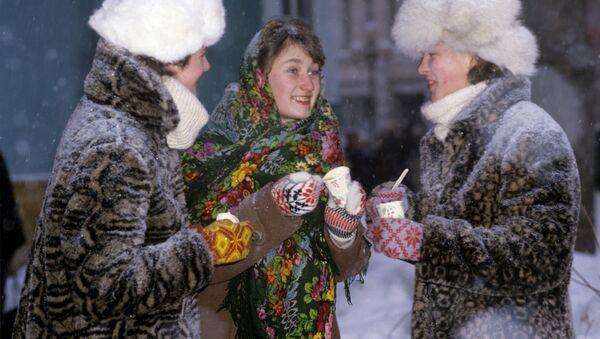 Девушки едят мороженое - Sputnik Латвия