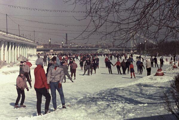 На катке в Центральном парке культуры и отдыха имени Горького в Москве - Sputnik Латвия