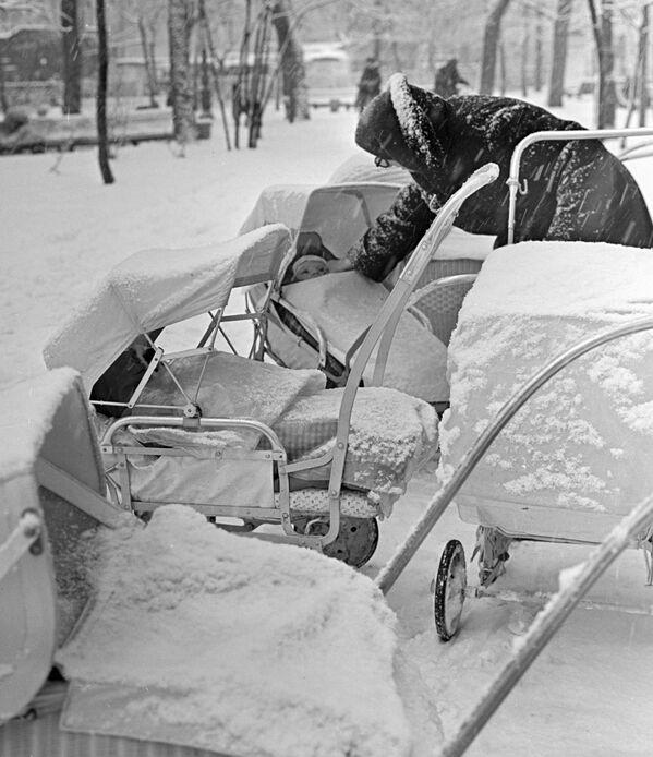 Прогулка на Гоголевском бульваре в Москве во время снегопада - Sputnik Латвия