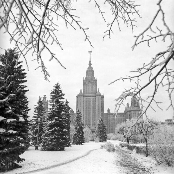 Вид на первый учебный корпус Московского государственного университета имени М.В.Ломоносова - Sputnik Латвия