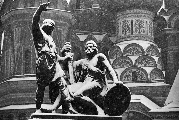Памятник Козьме Минину и Дмитрию Пожарскому на Красной площади в Москве - Sputnik Латвия