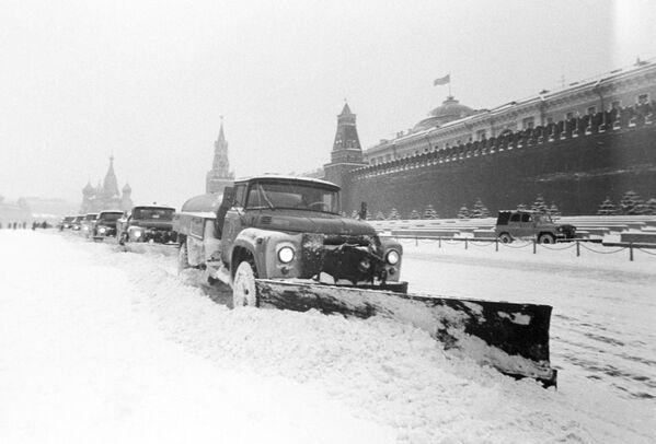 Уборка московских улиц после снегопада - Sputnik Латвия