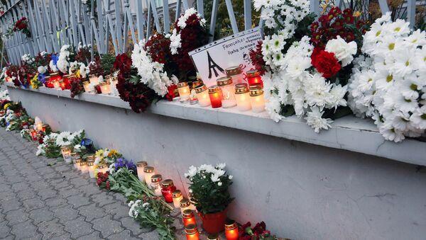 Цветы у посольства Франции в Латвии - Sputnik Латвия