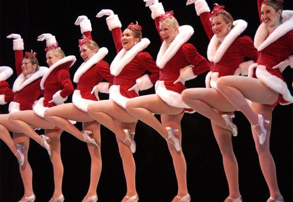 Нью-йоркский женский танцевальный коллектив The Rockettes во время выступления в Бостоне  - Sputnik Латвия
