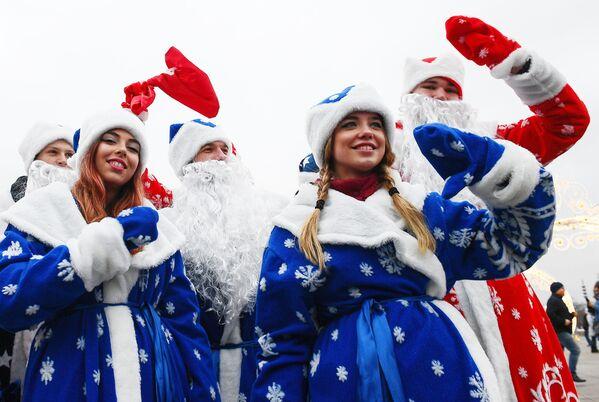 Участники фестиваля Дедов Морозов на ВДНХ в Москве - Sputnik Латвия