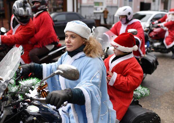 Участники фестиваля-конкурса Санта Клаус отдыхает – на арене Дед Мороз в Евпатории - Sputnik Латвия