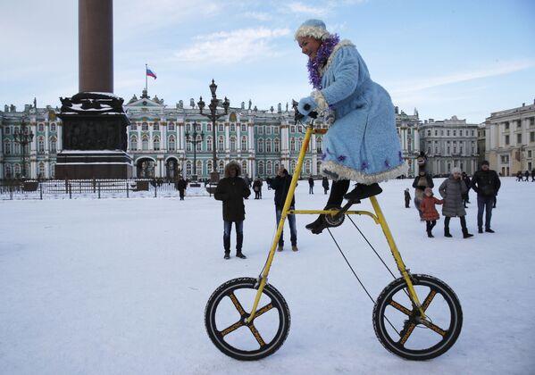 Девушка в костюме снегурочки во время празднования Старого Нового года в Санкт-Петербурге  - Sputnik Латвия