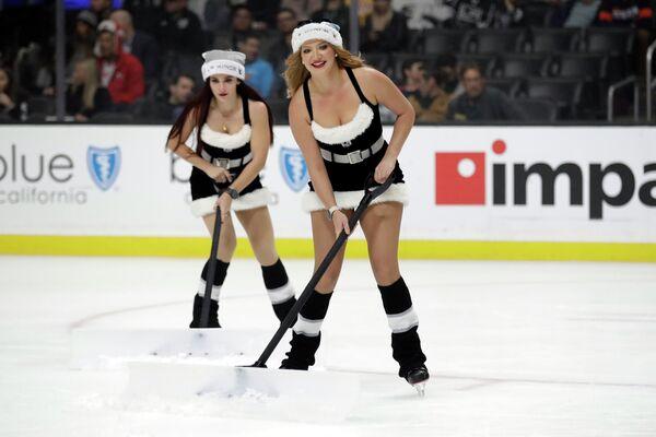 Девушки во время чистки льда на хоккейном матче в Лос-Анджелесе  - Sputnik Латвия
