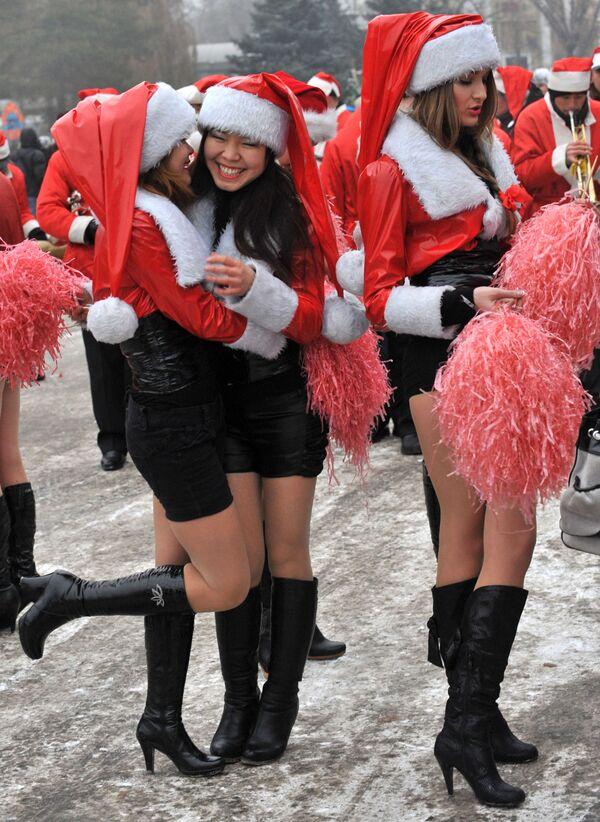 Девушки в костюмах Санта-Клауса во время новогоднего парада в Бишкеке  - Sputnik Латвия