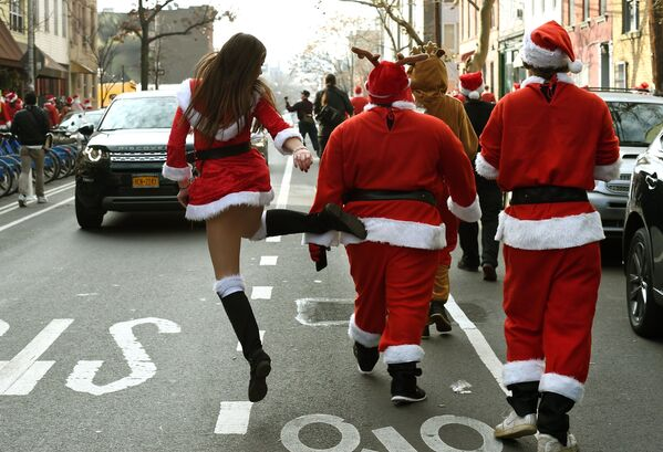 Участники рождественского парада в Нью-Йорке  - Sputnik Латвия
