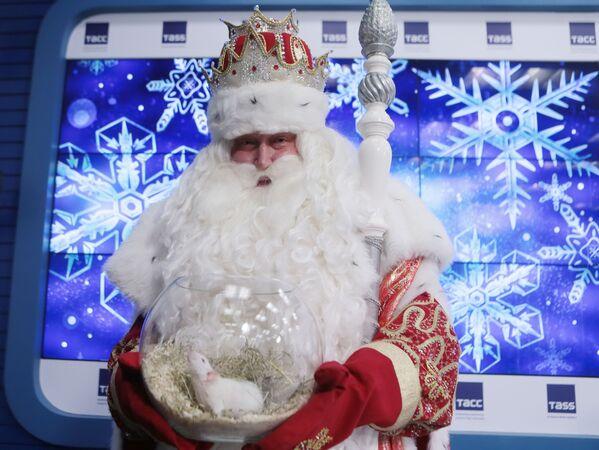 Дед Мороз держит вазу с белой крысой - символом 2020 года  - Sputnik Латвия