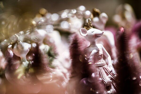 Фарфоровая фигурка мыши на новогоднем базаре в ЦУМе - Sputnik Латвия