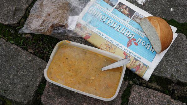 Еда на бесплатной кухне в Риге - Sputnik Латвия