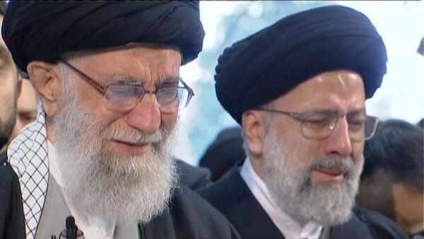 Религиозный лидер Ирана Али Хаменеи плакал на похоронах Сулеймани - Sputnik Латвия