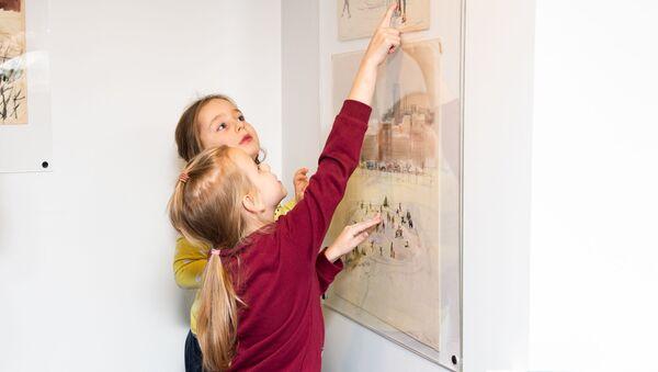 Дети рассматривают картины на выставке. - Sputnik Латвия